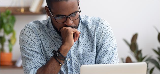 Mężczyzna zastanawia się, jak korzystać z NGL w Internecie